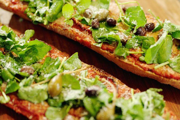 Ciabattabrood, een stevige tomatensaus, enkele plakjes chorizo en wat kaas – meer heb je niet nodig om een snelle pizzabaguette te maken. Het is een ideale lunch of tussendoortje, ook voor kinderen. Je kunt de baguettes natuurlijk ook in kleine porties verdelen en als hapje serveren.