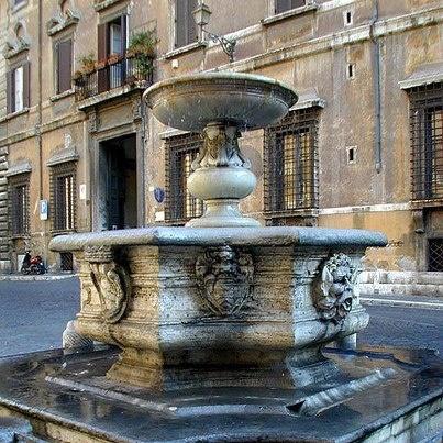 Fontana Piazza Campitelli. Photo courtesy of Fra i vicoli di Roma.