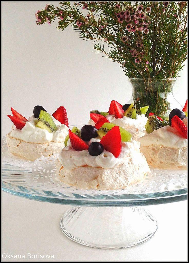 3 белка  150 г сахара  1/2 ч.л. уксуса  ваниль  ягоды для украшения   Крем:  1 стакан сливок 36%  1 ст.л. сахара или по вкусу   Разогрей...