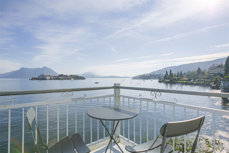 Baveno: in a wonderful location, overlooking the Borromean Islands, we offer for sale this gorgeous villa pied dans l'eau of app. 1000 sqm. Villa Meridiana was built in 1850 by a prominent cardinal who made it his summer residence.