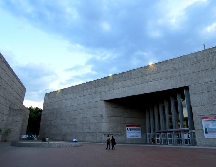 Edificio INFONAVIT, Teodoro González de León, Ciudad de México.  Por: Eduardo Santos