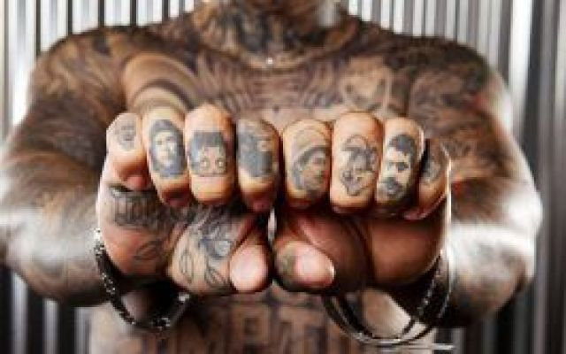 """La famiglia impressa sulla pelle Da simbolo di trasgressione nel XVIII secolo, oggi i tatuaggi sono all'ordine del giorno. E quelli su cui campeggiano i nomi dei propri familiari si possono considerare """"scritte nostalgiche"""", punti f #tatuaggi #scritte #nomi"""