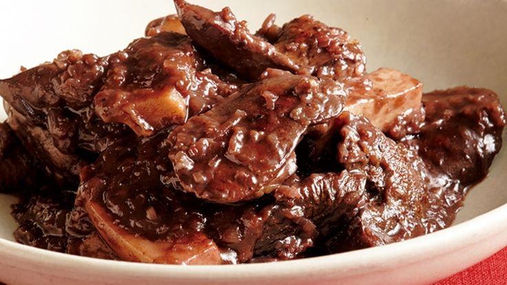 大庭 英子さんの鶏レバーを使った「レバーの赤ワイン煮」のレシピページです。相性のよい赤ワインで煮込むと、レバーの濃厚なおいしさが楽しめます。「エリンギの歯ごたえ」と「はちみつの甘み」でおいしさをアップ! 材料: 鶏レバー、エリンギ、バター、たまねぎ、にんにく、赤ワイン、ローリエ、A、塩、こしょう、小麦粉、サラダ油