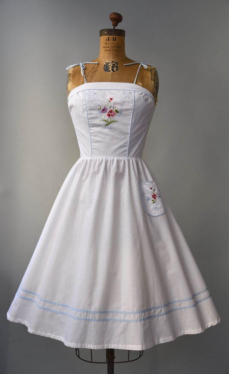Dergelijke een schattige jurk! jaren 1970 witte katoenen zon jurk met lichtblauw trim en riemen (volledig instelbaar bij de bogen), won nipt met taille, volledige rok, schattig kleurrijke borduurwerk op de hals, één hip-pocket met bijpassende borduurwerk en verborgen terug rits. Bekleed, semi pure. Zo lekker!  voorwaarde: uitstekend, vers schoongemaakte en klaar om te dragen Label: geen materiaal: katoen  ---✄---Metingen---✄--- Bust: 32 flatscreen, maximaal 33 in Taille: 24-25 schouder aan…