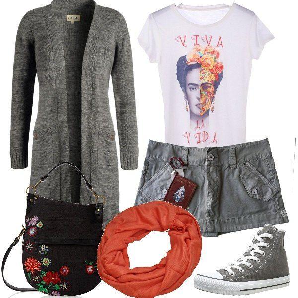 L'immagine della meravigliosa pittrice messicana Frida Kahlo nella t-shirt da abbinare ad una minigonna color grigio e ad un cardigan lungo. Le scarpe sono delle sneakers alte, sempre grigie e la borsa ha tracolla ha un decoro floreale, che tanto piaceva alla pittrice. Al collo si può annodare un foulard.