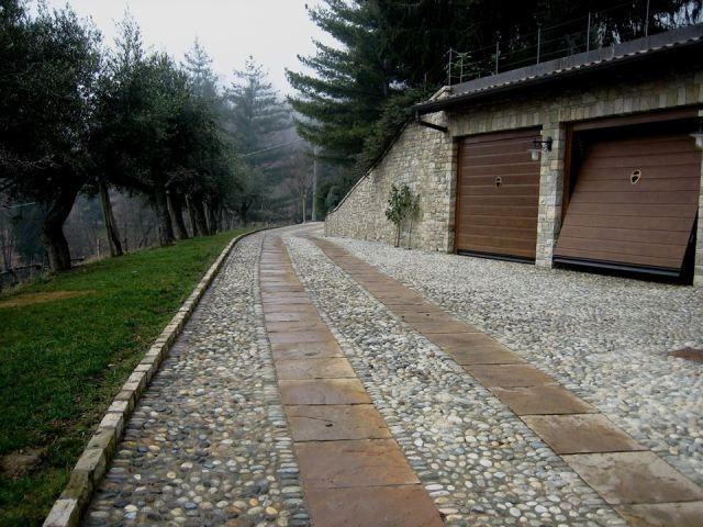 Sistemazione esterna casa di campagna - Accesso ai box in ciottoli e lastre di porfido - Maria Teresa Azzola Designer - Sommi Zandobbio (BG) 2001-2002