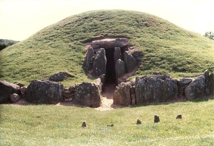 Bryn Celli Ddu, 2000 BC passage tomb with henge added 1000 BC and alignement with summer solstice. Anglesey, Wales. Astrogeographic position: located in male fire sign Aries sign of action, warfare, heros, single persons. 2nd coordinate in self-protective earth sign Virgo sign of precaution, reason and spiritual entities of plants and nature. Field level 4.