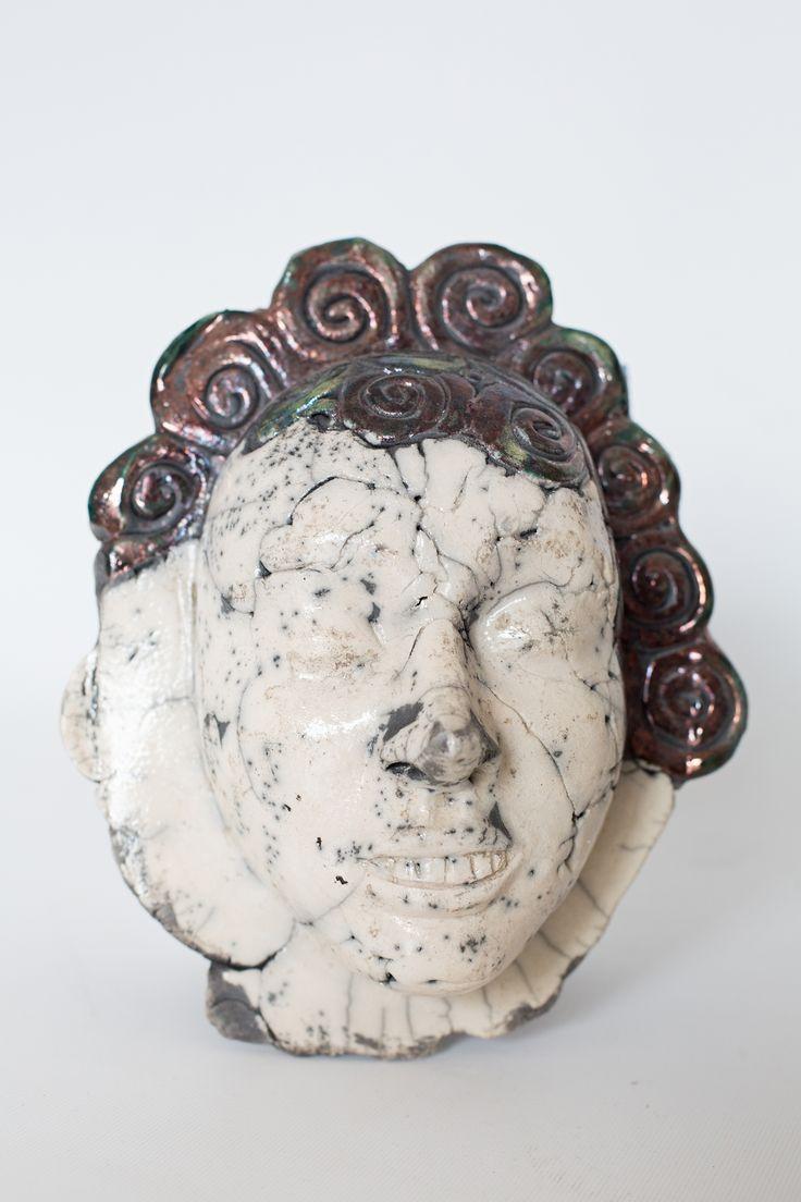 Maska z ceramiki wypalana w technice raku.