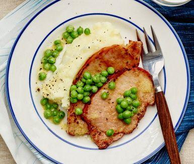 En perfekt mitt i veckan-middag när tiden är knapp och barnen är hungriga: Goda smörstekta kasslerskivor och en fluffig, len potatismos. Servera kasslern och moset med lättkokta gröna ärter som marinerats i en smakrik senapsvinägrett, de tillför både färg och lite barnvänligt sting.