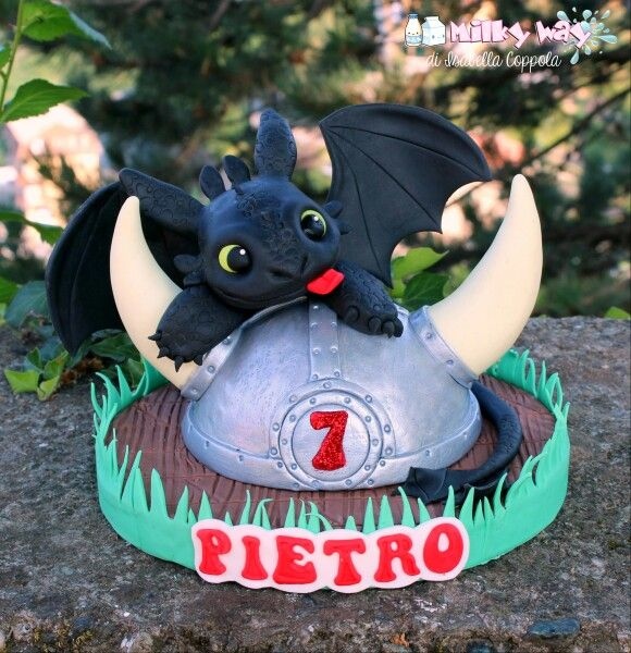 Toothless cake topper inspired by Fernanda Abarca.   Dragon trainer, how to train your dragon, sdentato, drago, pasta di zucchero, cake design, isabella coppola