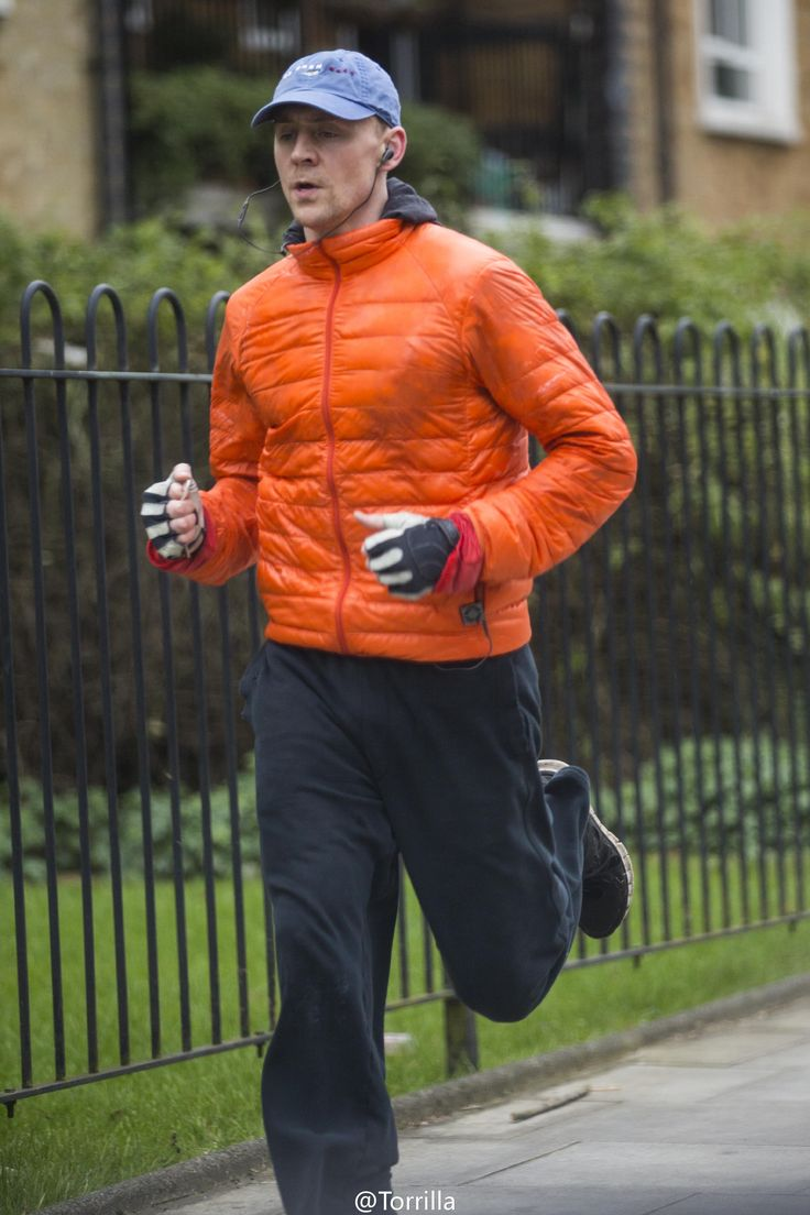 Tom Hiddleston spotted jogging in north London on February 28, 2017. Source: Torrilla. Higher resolution image: http://wx1.sinaimg.cn/large/6e14d388gy1fd6ls5d2r5j22kw3vce81.jpg