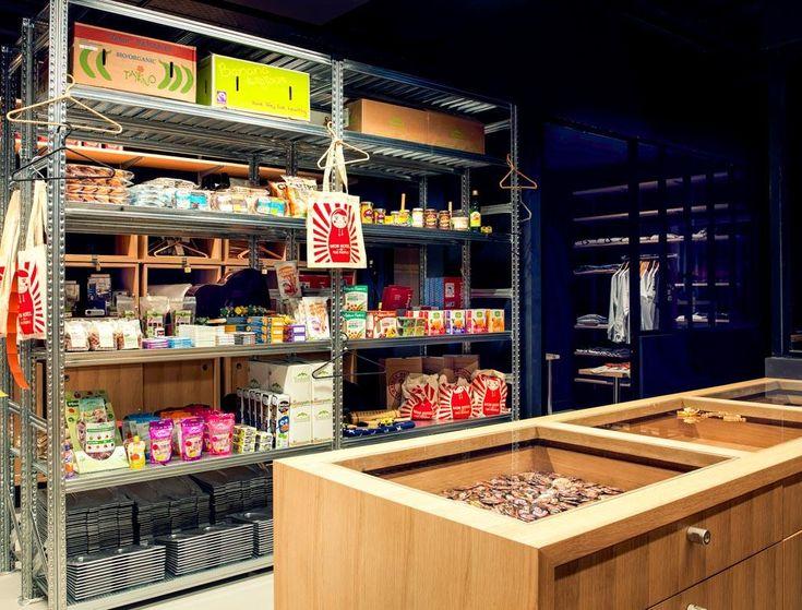 Sur la droite, la réception a été imaginée à la manière d'une épicerie. C'est ici que des pop up stores proposeront leurs créations