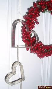 Cookie cutter hearts and a wreath of cranberries - Vacker dörrkrans och hjärtformarna blir pricken över i'et.