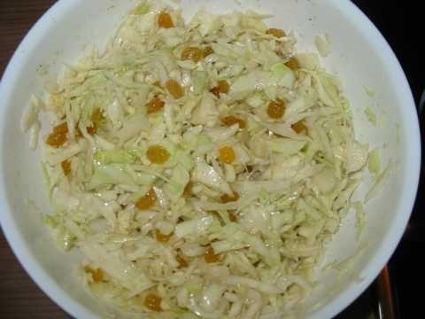 WITTE KOOLSALADE.  300 gr. gesneden witte kool, erg dikke/grote stukken klein snijden of verwijderen. 8 eetl (Zaanse) mayonaise, 1 eetl azijn, 2 eetl. gele rozijnen - niet wellen, 1 eetl gevriesdroogde of verse bieslook, 1/2 theel. karweizaad, 1 theel. dragon, peper en zou  alles goed door elkaar mengen en min. 2 uur in de ijskast - af en toe doorroeren. nog lekkerder: na een dag in de koelkast en 1 uur voor gebruik op kamertemperatuur laten  komen.