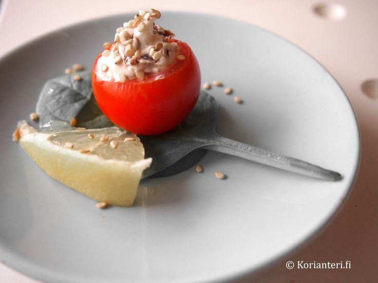 Tomaattisia sormiruokia | Fingerfood. Löydä tämä ja muita herkullisia reseptejä Korianteri.fi-ruokablogista!
