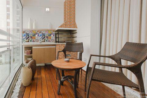 Varanda gourmet de um apartamento de 90 m², em São Paulo. Projeto de Caroline Manfrin.