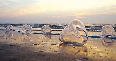Zomersprookjes - De Nederlandse kust 2007   In de zomermaanden van 2007 spoelen er langs de Nederlandse kust zeventig glazen reuzenschelpen aan. Zij vertellen verhalen vanuit de diepe zee. Verhalen opgetekend námens de Zee door meer dan zestig schrijvers, dichters en klankkunstenaars. De schelpen trekken als boodschappers van de zee van Oerol in Terschelling zuidwaarts naar zuid Zeeland