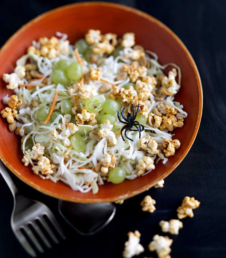 Popcornit ja viinirypäleet tekevät kaalisalaatista vähän tavanomaisesta poikkeavan ja hyvin lasten halloween-juhliin sopivan.Kuvan popcornit on pyöritelty paprikalla maustetussa voisulassa, mutta yhtä...