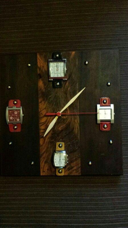 Relógio feito de relógios de pulso antigos