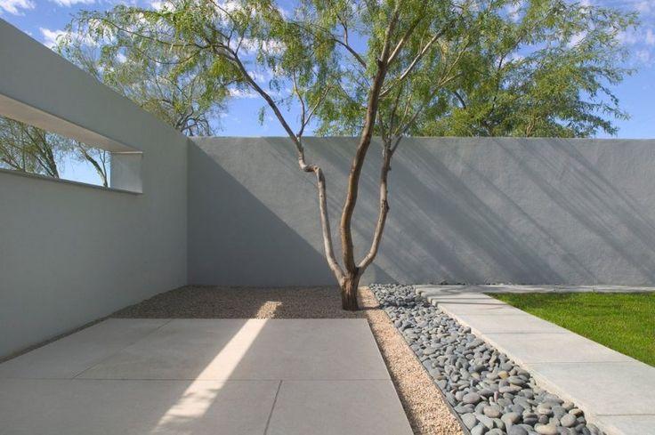 jardin moderne avec du gazon, du gravier et des galets décoratifs