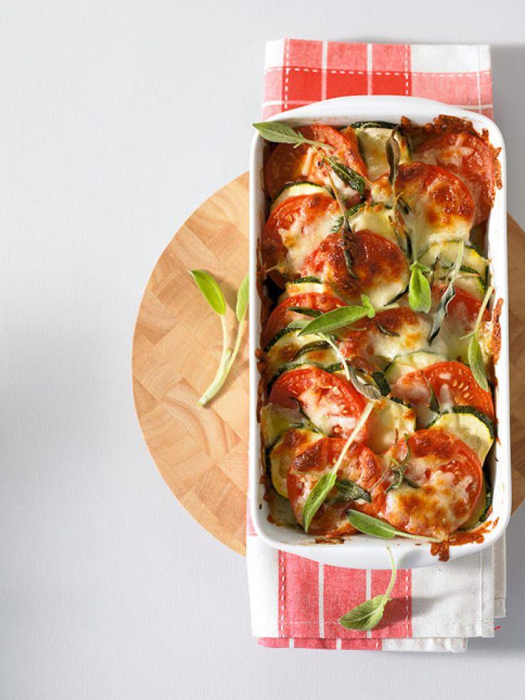 Rezept für Tomaten-Zucchini-Auflauf bei Essen und Trinken. Ein Rezept für 4 Personen. Und weitere Rezepte in den Kategorien Gemüse, Käseprodukte, Kräuter, Milch + Milchprodukte, Hauptspeise, Auflauf / Überbackenes, Backen.
