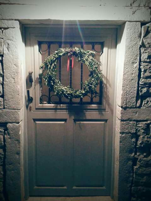 The main door is leading to the heart of the house! Give a Xmas welcoming with a natural wreath! Luv xmas,luv home!🔔