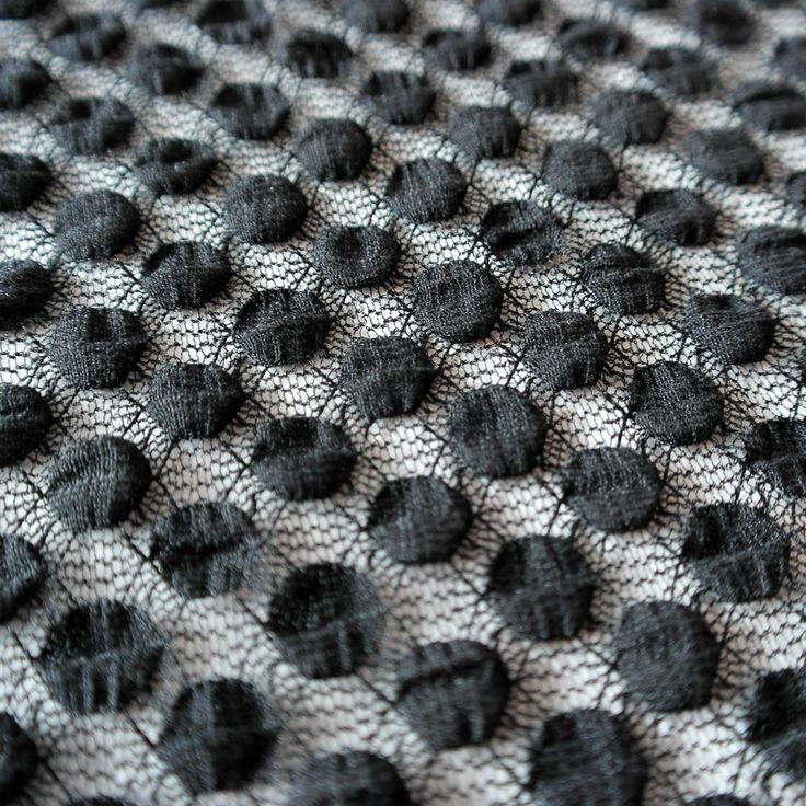 Dantela elastica neagra MCR8485BK. Latime (cm) 132 / 137 Greutate  120~130 (per gram)  Compozitie (%) Bumbac 60% Nailon 35% Spandex 05%