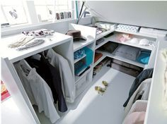 Entra en el armario - AD España, ©  Porque la cama está sobre un canapé abatible que esconde este pequeño, pero extremadamente bien aprovechado, armario vestidor.