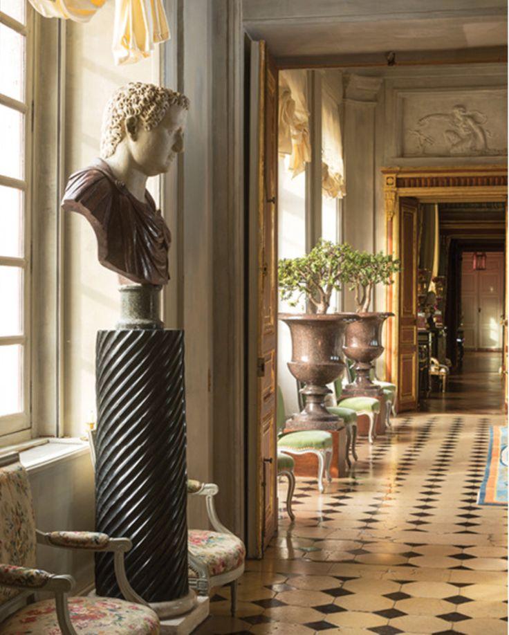 Jacques Garcia, Chateau Champ de Bataille.- Entrée d'honneur et grand escalier: Un buste antique d'empereur romain avec chlamyde de porphyre du XVII°s.