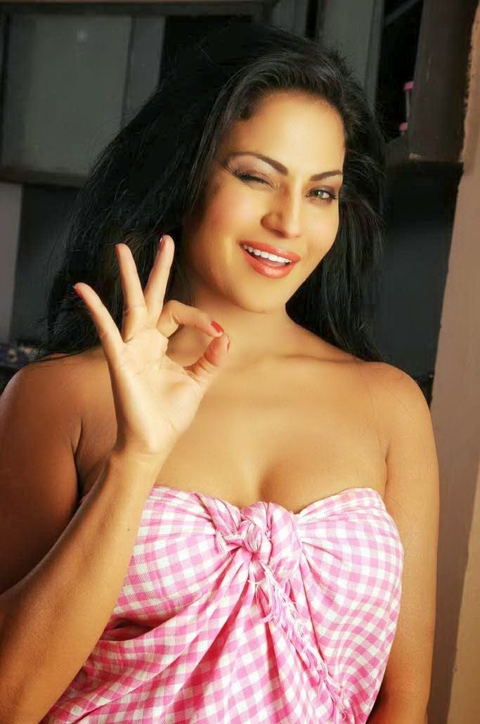 Veena Malik Showing Her Assets In Towel  Bollywood -5571