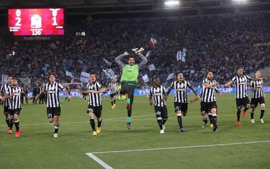 I giocatori della Juventus esultano sotto la Curva Sud dell'Olimpico: la Decima è realtà. Ansa