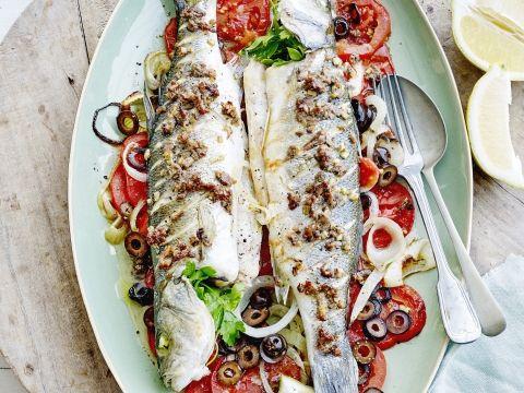 Recept van Pascale Naessens: Zeebaars met ansjovis, ui en tomaten -                         Libelle Lekker
