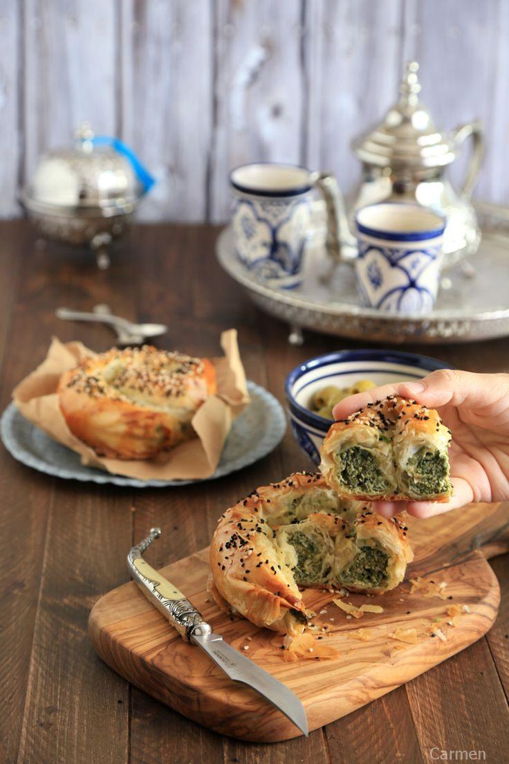 Cogiendo Börek de queso y espinacas