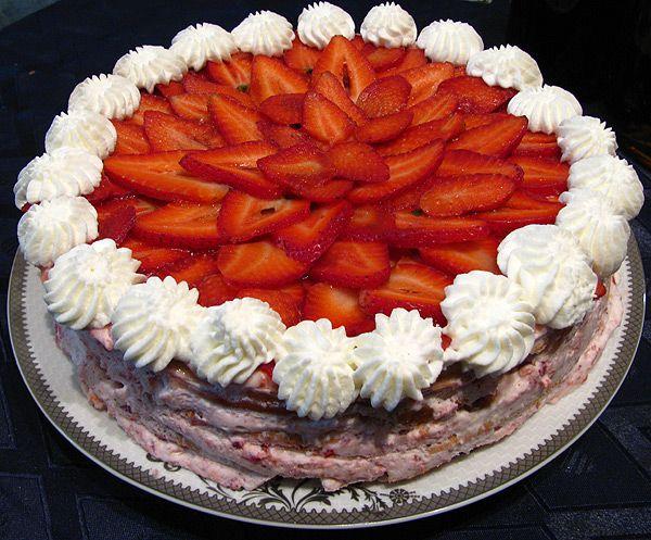 Песочный торт с клубникой и взбитыми сливками - Рыжая книга кухонных пределов
