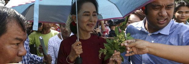 Trend. Leadership to followership. Har du følgere nok vil du altid være lederen, også i eksil.//AC     Myanmar pro-democracy leader Aung San Suu Kyi accepts flowers from supporters as she visits poling stations at her constituency Kawhmu township November 8, 2015. Voting began on Sunday in Myanmar's first free nationwide election in 25 years, the Southeast Asian nation's biggest stride yet in a journey to democracy from dictatorship. REUTERS/Soe Zeya Tun