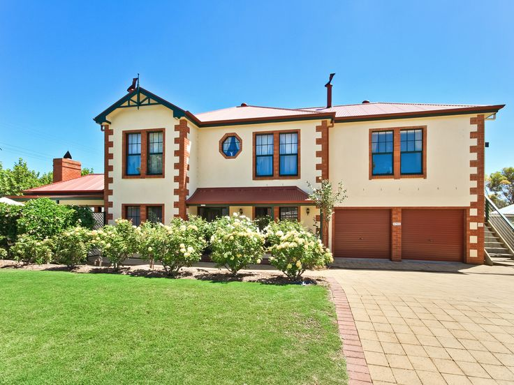 Looking for a place to stay? You can't go past a visitor's favourite, Wine & Roses Bed and Breakfast in McLaren Vale! Click on the image to find out more about this homestead in the McLaren Vale visitor's guide.
