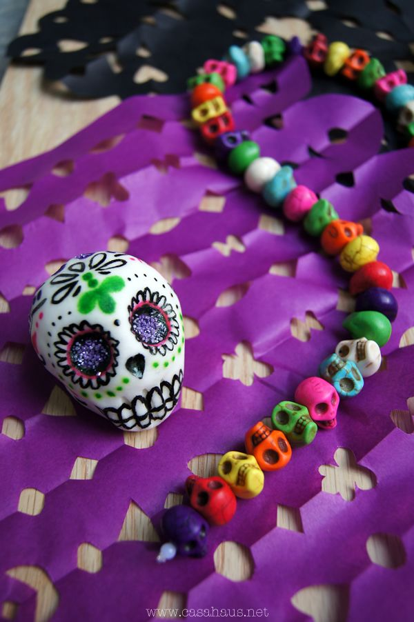 DIY easy sugar skulls recipe for Halloween and Day of Dead / Cómo hacer… Day Of The Dead Diy, Day Of The Dead Party, Moldes Halloween, Halloween Diy, Mexican Sugar Skulls, Craft Projects, Projects To Try, Make Your Own, Easy Diy