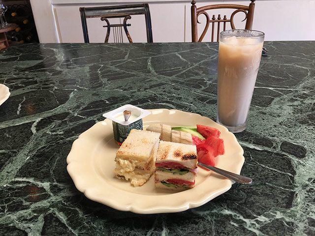 サンドイッチ(卵・トマトとハムときゅうり)、きゅうり、バナナ、トマト、ヨーグルト、冷ミルクティー