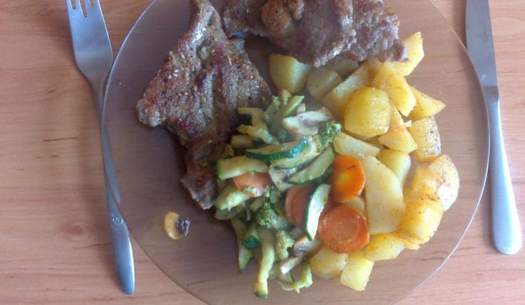 Bravčová krkovička s opekanou zeleninkou a americkými zemiačikmi.