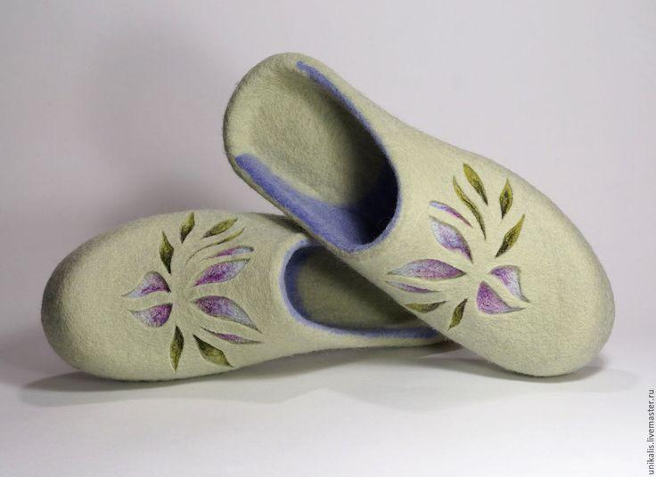 Купить или заказать Валяные тапочки 'Magnolia' в интернет-магазине на Ярмарке Мастеров. Изящные, комфортные тапочки-шлепки из шерсти. Легкие и уютные. Авторский дизайн. Ручная валка. Рисунок доработан иглой. Живое тепло для ваших ног. Носить на босу ногу, периодически сушить.