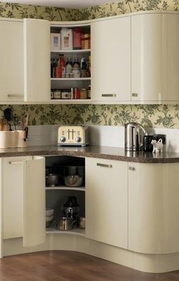 Glendevon cream kitchen range kitchen families howdens for Cream kitchen wall units