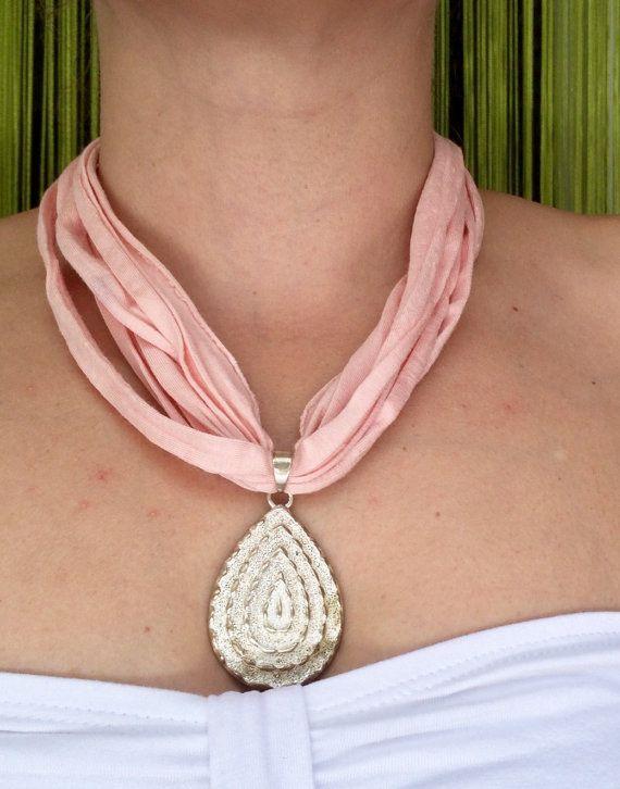 Collar tela rosa con colgante por Elbauldelaschuladas en Etsy