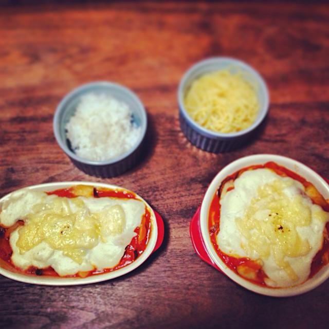トマトソースが余ったらパスタソースに、ホワイトソースが余ったらシチューに等アレンジメニューも豊富! - 12件のもぐもぐ - トマトグラタン*ごはんとぱすた by chachararaka