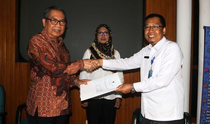 Ketua BNSP Ir Sumarna F Abdurahman MSc (kiri) menyerahkan lisensi penambahan ruang lingkup untuk LSP PPPPTK SB, diterima Drs Rahayu Windarto MM