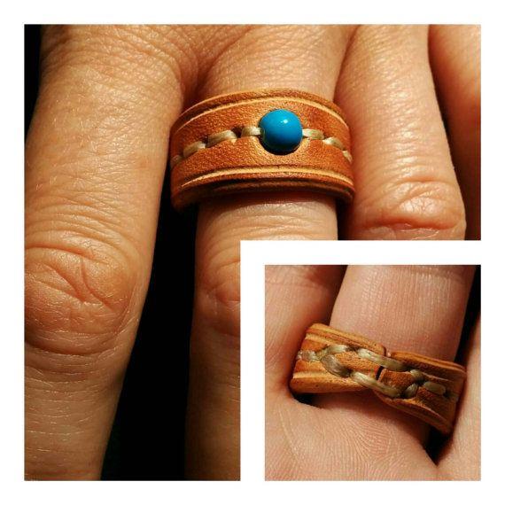 Anillo con Perla de cristal azul de cuero cosido a mano