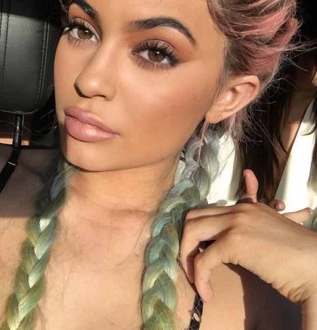 Kylie Jenner z tęczowymi włosami na festiwalu Coachella (ZDJĘCIA) - PUDELEK