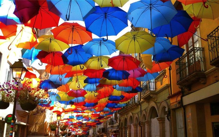 На одном из бульваров города Агуеда в Португалии можно увидеть тысячу разноцветных зонтиков, которые висят в воздухе и защищают от жары в знойный летний день. Инсталляция «Парящие зонтики» появилась здесь несколько лет назад как часть местного художественного фестиваля, однако так понравилась жителям, что теперь круглогодично украшает улицу. Зонтики создают не только причудливый яркий узор, но и отбрасывают тени и цветные блики на фасады домов.