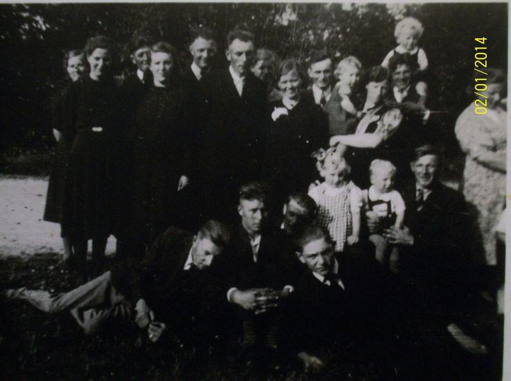 hanneke jansen trouwdag met harry vandenbermortel, zo te zien aande  foto rond 1942 ik zit op mijn vaders knie  oudste foto die ik heb van ons to wij klein waaren !!