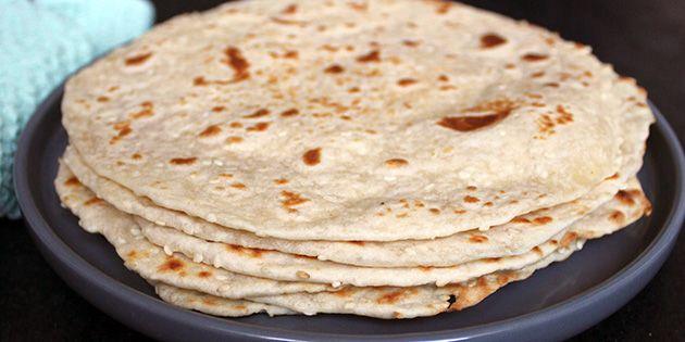 Skøn opskrift på hjemmelavede fladbrød, der steges på panden. Brødene får lidt herligt knas fra sesamfrø, som også giver en god smag.