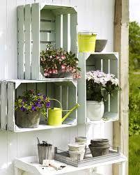 Fruitkistjes tegen de muur in de tuin met planten of decoratie erin = tuin wand deco